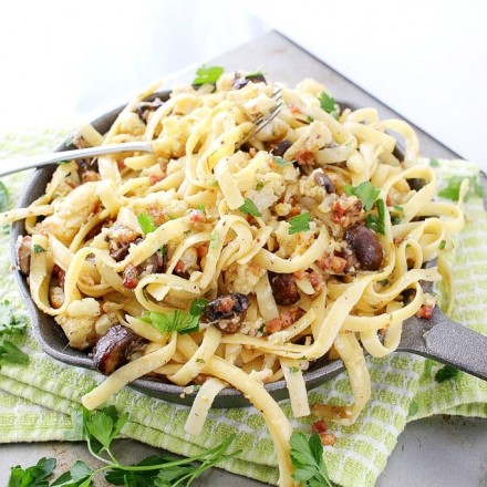 Switch up your pasta routine with this easy vegetarian roasted cauliflower and mushroom pasta... hearty and satisfying!