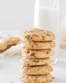 Chewy Butterfinger Toffee Cookies | Soft, chewy and buttery.. these toffee cookies are studded with Butterfinger pieces and chewy bits of toffee. Drizzle them with caramel for extra decadence! | http://thechunkychef.com
