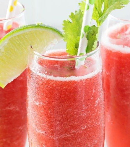 Boozy Strawberry Limeade Slushies   Just 5 ingredients, including ice, and you're on your way to slushy heaven!   http://thechunkychef.com