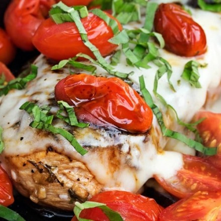 Garlic Balsamic Caprese Chicken   Juicy caprese chicken, marinated in a garlic balsamic marinade, is baked to perfection with burst cherry tomatoes, melted mozzarella cheese, fresh basil!   http://thechunkychef.com
