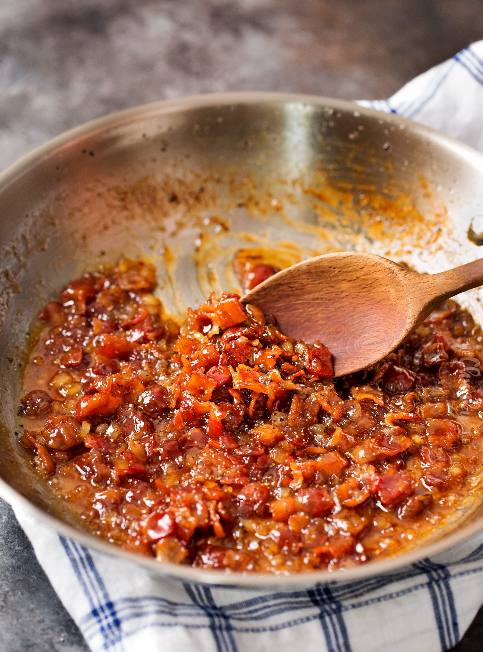 Homemade Bourbon Bacon Jam   Made in one skillet, in less than 30 minutes, this bacon jam get a boozy kick from smooth bourbon. Perfect to spread on just about anything, and it also makes a great gift!   http://thechunkychef.com
