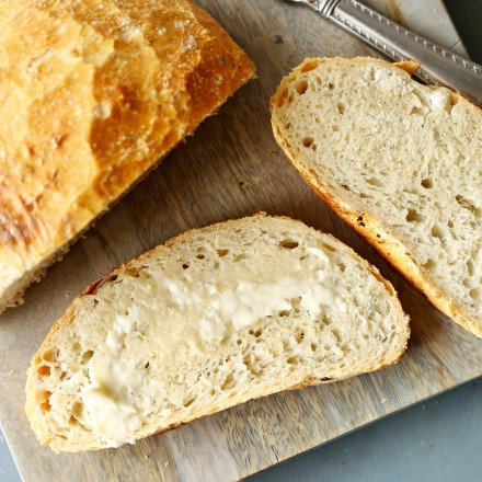 Homemade Artisan No-Knead Bread | Perfectly crusty on the outside, with a soft fluffy inside, this no-knead bread is perfect with any dinner! | https://thechunkychef.com