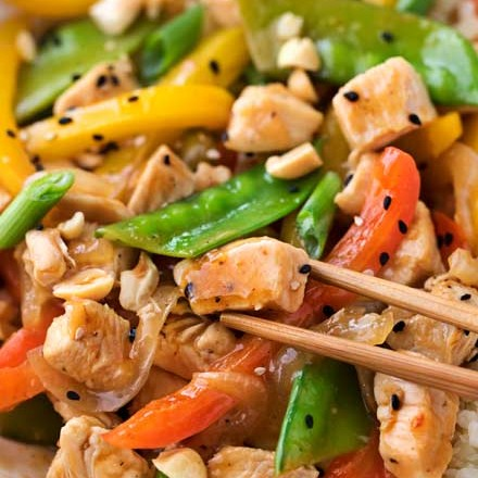 This Szechuan-style Chicken Stir Fry is the quickest and easiest weeknight meal!  Bold flavors, nutritious ingredients, and ready in just 20 minutes! #chicken #stirfry #asianrecipe #weeknightmeal #easydinner #szechuan #smartpoints #weightwatchers