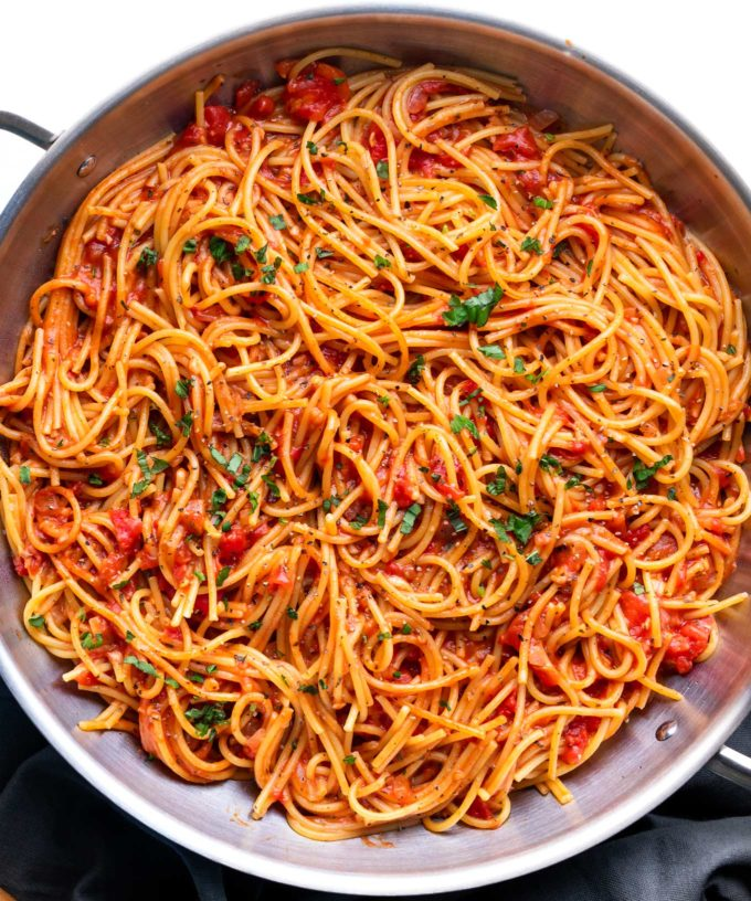 The best thing to happen to easy weeknight dinner - One Pot Spaghetti!  The pasta cooks IN the homemade sauce, so it absorbs every bit of flavor possible, leaving you with only one pot to wash and dinner ready in 30 minutes! #spaghetti #italian #pasta #dinner #easyrecipe #weeknightmeal #onepot #onepan