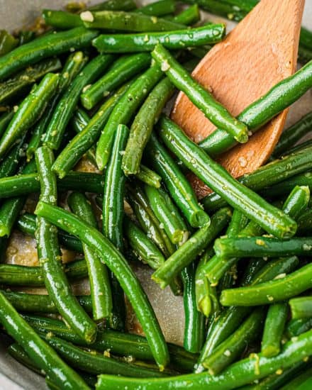 Simple and easy, this Skillet Green Beans recipe is made using fresh green beans that are cooked until crisp tender, and seasoned with plenty of garlic and lemon flavors! They're the perfect side dish! #greenbeans #fresh #sidedish