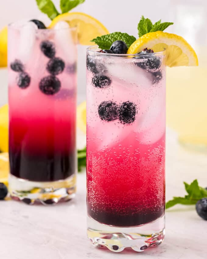 This Sparkling Blueberry Lemonade is the ultimate fun lemonade! Perfect to cool down on a hot day, or to serve at a party. #lemonade #blueberry #drink